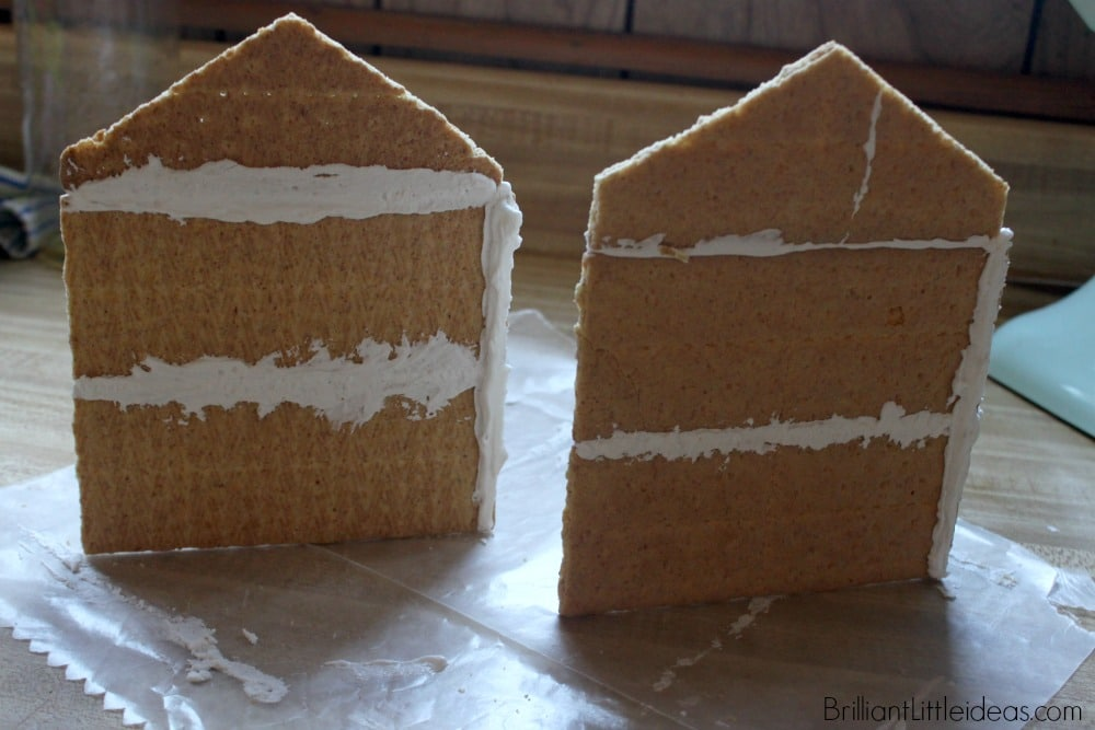 This is the cutest Haunted Halloween Gingerbread House ever. Such a fun halloween tradition and a great edible halloween craft to do with my kids!