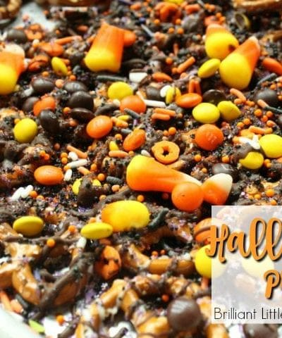 Need a spooky treat? Try the super easy Last Minute Halloween Pretzels. Classroom snack for kids. You just need chocolate, pretzels, sprinkles & candy corn.