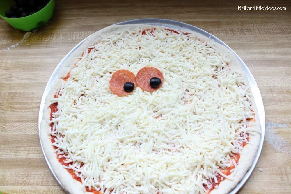 Have a memorable Christmas movie night with popcorn and this Fun Snowman Pizza Recipe for Kids. #Christmas #holidays #snowman #kidfun #homemadepizza