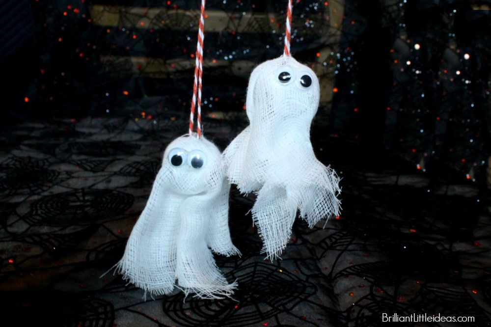 A Super Spooky Ghost Necklace is a great idea for a treat bag. Kids love having their own ghost bell necklace. It's an easy Halloween craft too! #fallcraft