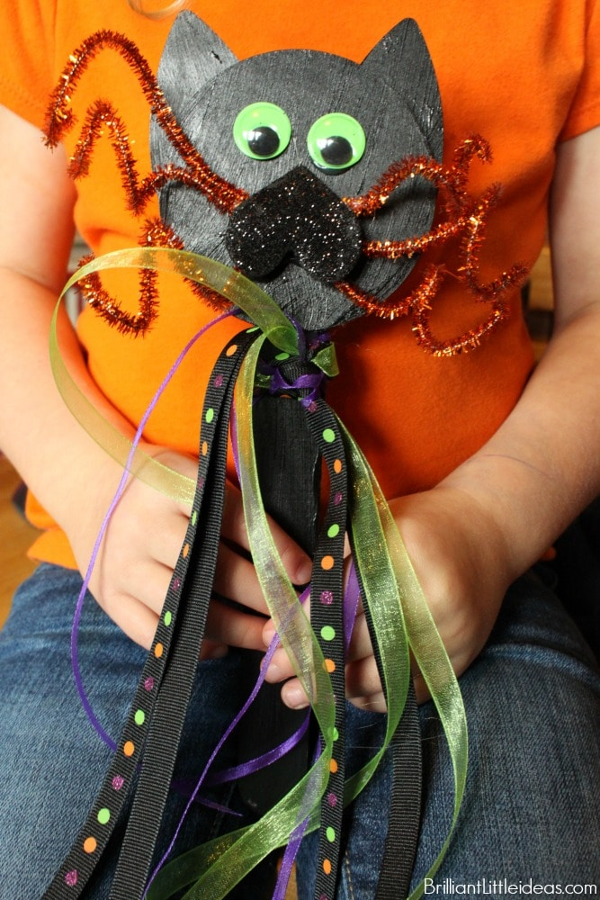 Black cats, spiders, witches and wands! Watch the How To Video and see how Super Easy this kid craft Cat Wand really is.Halloween fun!